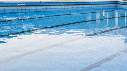 Grande piscina olimpica in un centro sportivo all'aperto. Questa è solitamene adibita alla pratica del nuoto o di altre attività e sport acquatici