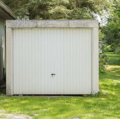 Weißes Metalltor einer Garage
