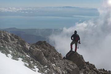 dağlarda fotoğraf çeken adam