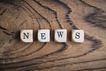 """Würfel mit dem Wort """"NEWS"""" auf Holz"""