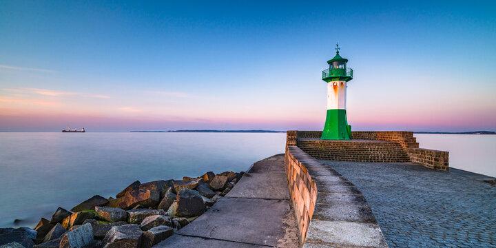 Leuchtturm im Hafen Sassnitz auf Rügen, Ostsee