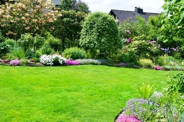 Schöne Gartenanlage mit Rasenfläche