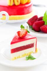 Lemon-strawberry cake with makarons.