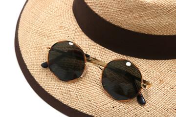 夏イメージ サングラスと麦わら帽子
