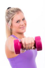 Junge blonde Frau trainiert mit Hanteln