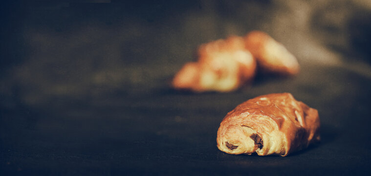 croissant et pain au chocolat sur fond noir