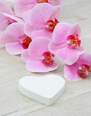 branche d'orchidée rose et coeur blanc,décoration,romantique
