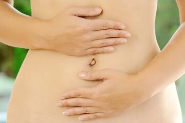 Hände auf Bauch als Symbolbild für Darmgesundheit, Magenprobleme, Reflux oder Verdauungsstörungen