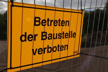 """bausteller mit schild """"betreten der baustelle verboten"""""""