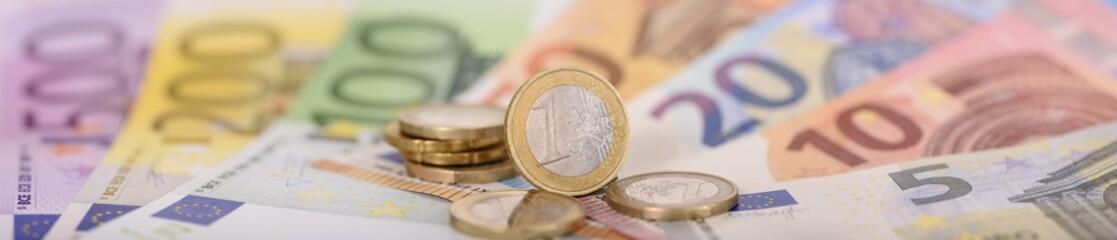 Panorama von Euro Banknoten und Münzen