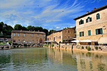 Piazza delle Sorgenti nel borgo antico di Bagno Vignoni in Toscana, Italia