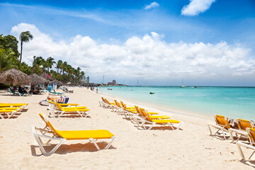 Fototapete - Aruba's busy Palm Beach with chairs, palapas and many tourists