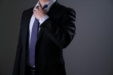 ビジネスマン、スーツ、ネクタイ、緩める