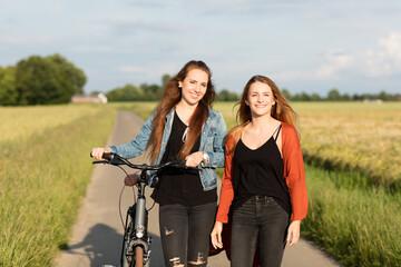 Freundinnen beim Radfahren