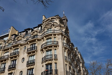 Immeuble en pierre blanche aux coins arrondis. Paris, France.