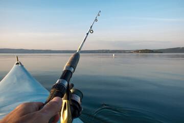 Pesca a spinning dalla canoa sul lago di Bolsena