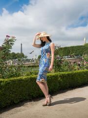 Parisienne dans un jardin