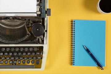 maszyna do pisania na żółtym tle