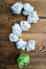 Papierkugeln bilden ein Fragezeichen