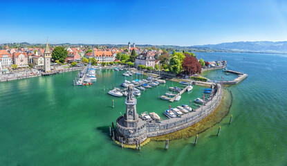 In de dag Poort Harbor on Lake Constance with statue of lion at the entrance in Lindau, Bavaria, Germany