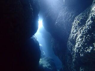 沖縄の南の島、離島宮古島の海中洞窟