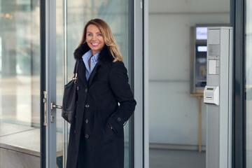 Attraktive Geschäftsfrau kommt vom Geldautomaten zurück