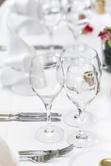 Gläaser auf gedecktem Tisch