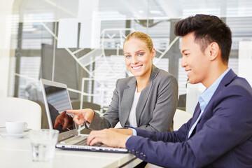 Computer Seminar am Laptop im Büro
