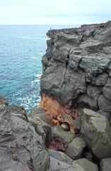 海岸のポットホールに真円の石の球体(伊東市かんのんの浜)