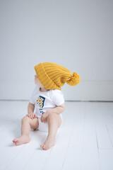 bebe avec bonnet jaune en body