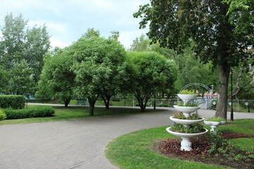 Papiers peints Jardin Vase decoration in the park, flowerbed