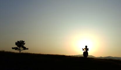 motosiklet ile seyahat ve gündoğumu