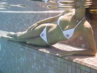 photo sous l'eau d'une femme allongée dans une piscine