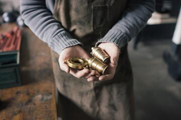 mains d'un artisan designer de lampes