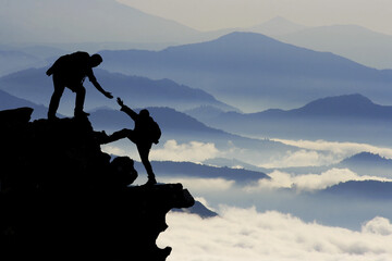 Foto op Aluminium Alpinisme dağcı yardımı silüet