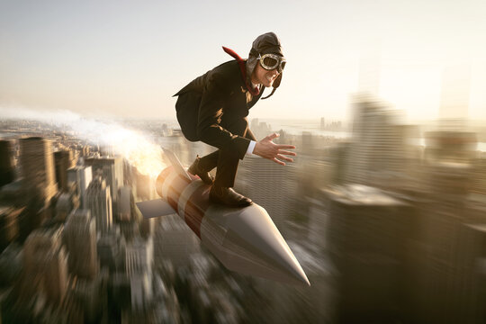 Mann auf Rakete über Stadt
