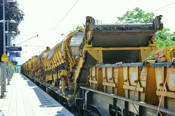 Gleiserneuerungsarbeiten mit Reparaturzug bei der Eisenbahn