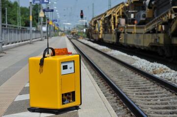 Lautsprecher-Warnanlage auf dem Bahnsteig bei Gleiserneuerungsarbeiten mit Reparaturzug für die Eisenbahn