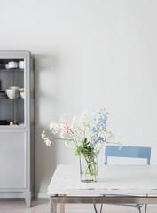 Blumen auf Tisch in skandinavischer Wohnung
