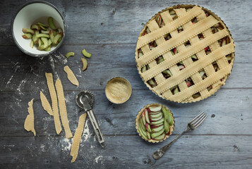 Zubereitung eines Obstkuchens, der Teig wird ausgerollt