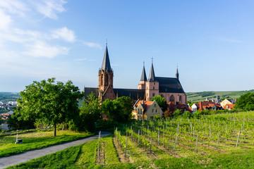 Panorama von Oppenheim mit Katharinenkirche bei blauen Himmel mit wolken wolke