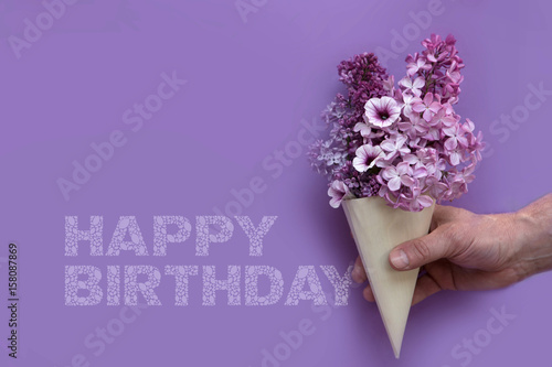 Happy Birthday Karte.Happy Birthday Karte Mit Lila Blumen Tüte Auf Lila Hintergrund