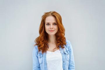 glückliche frau mit langen roten haaren