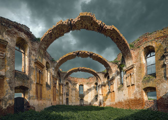 In de dag Rudnes Architectural remains with prominent arches at cloudy day