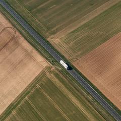 Vue aérienne d'une route au milieu de champs en France