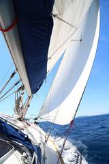 voilier qui vogue sur la mer