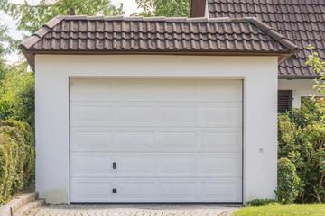 Garage mit weißem Rolltor