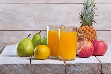 Фруктовый сок,фрукты на деревянном столе,фон деревянная простая стена