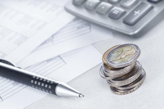 Finanzen, Euro, Münzstapel auf Tabellen mit Stift und Taschenrechner, Hintergrund, Detail