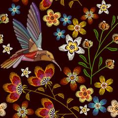 Buczenie wzór haftu ptak i kwiaty. Piękne kolibry i wiosenne kwiaty hafty na czarnym tle. Szablon na ubrania, tekstylia, projekt koszulki - 158337809